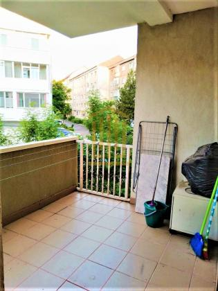 Apartament renovat    Etaj 1   Balcon   CIRESICA