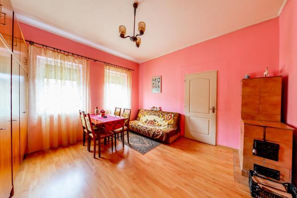 Apartament la curte, cu 2 camere, în Pârneava